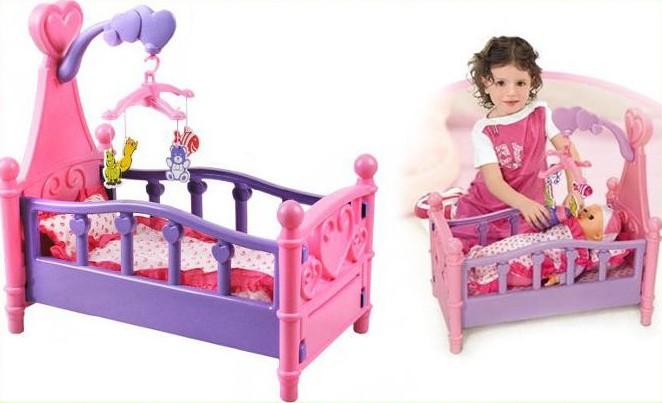 Dětská postýlka pro panenky s kolotočem